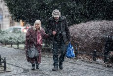 Czy rzeczywiście Polskę stać na obniżenie wieku emerytalnego? Rząd twierdzi, że tak, ale Biuro Analiz Sejmowych wskazuje na ogromne koszty takiej decyzji.