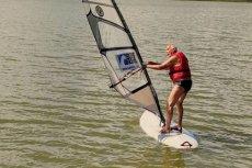 Janusz Korwin Mikke powrócił do swojej starej pasji - windsurfingu.