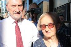 Na zdjęciu Antoni Macierewicz wraz z żoną w drodze na 70. urodziny w warszawskim klubie Palladium.