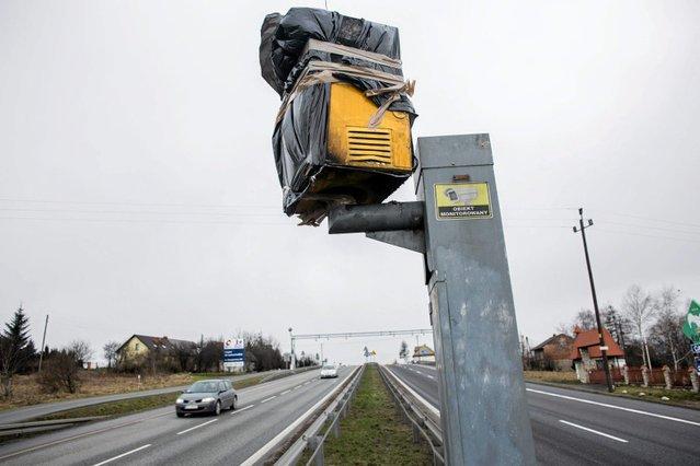 Dawne fotoradary warszawskiej Straży Miejskiej z trudem są przekazywane Inspekcji Transportu Drogowego.