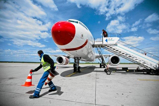 Samolot na lotnisku w Pyrzowicach