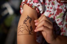 Lepiej dać sobie spokój z robieniem tatuażu z henny.