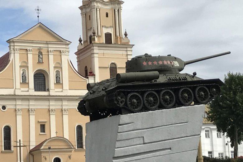 Czołg-pomnik z kościołem bernardyńskim w tle.