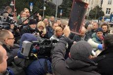 Przed Sejmem pikietujądziennikarze, którym PiS chce utrudnić dostęp do kluczowych dla ich pracy miejsc.