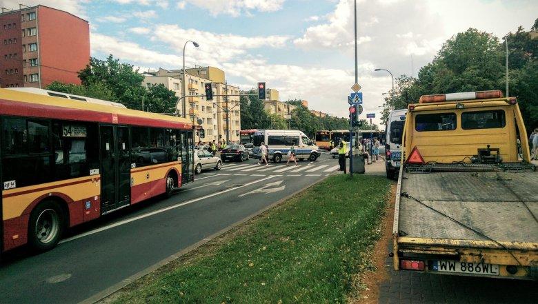 Wypadek na skrzyżowaniu Dickensa i Grójeckiej w Warszawie po likwidacji fotoradaru.