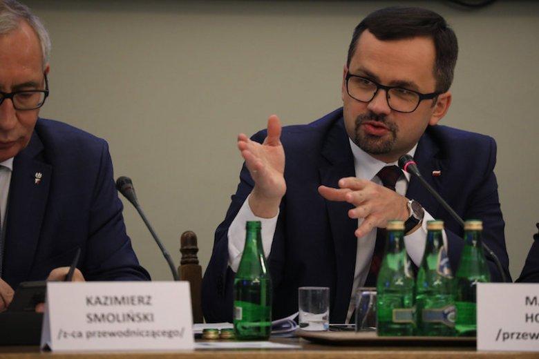 Marcin Horała z PiS podczas posiedzenia sejmowej komisji ds. wyłudzeń VAT. 17 czerwca przesłuchiwano Donalda Tuska.