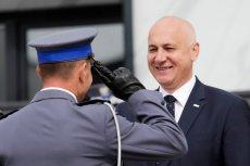 Kierowca szefa MSWiA Joachima Brudzińskiego nie zapłacił mandatu za złamanie przepisów. Skończyło się na pouczeniu.