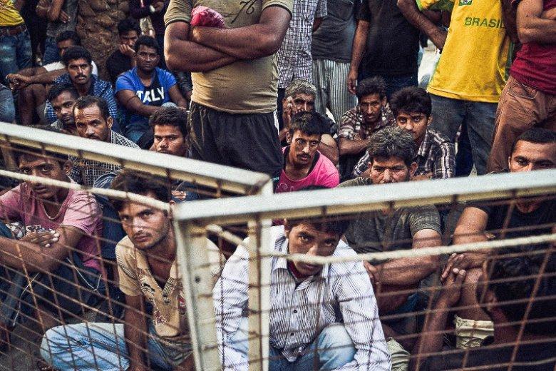 Uchodźcy czekający na rejestrację.