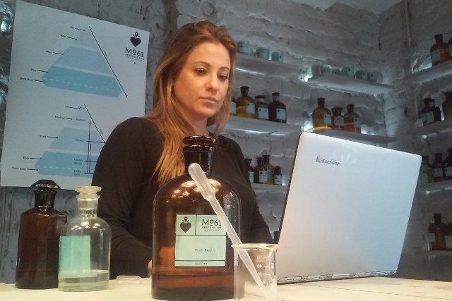 Na zdjęciu: fiolki i słoje z zapachami Mo61 Perfume Lab, ultrabook Lenovo Yoga 3 Pro