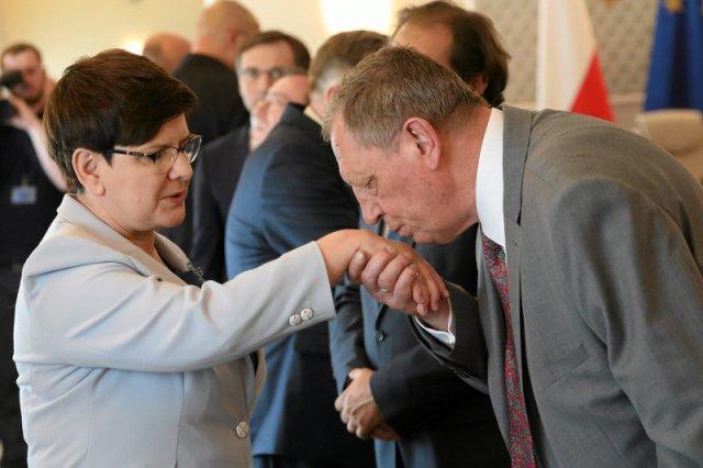 Internauci zastanawiają się, gdzie po aferze z ministrem Szyszką jest premier Szydło.