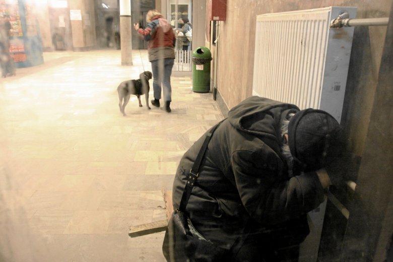 Bezdomny na dworcu PKP