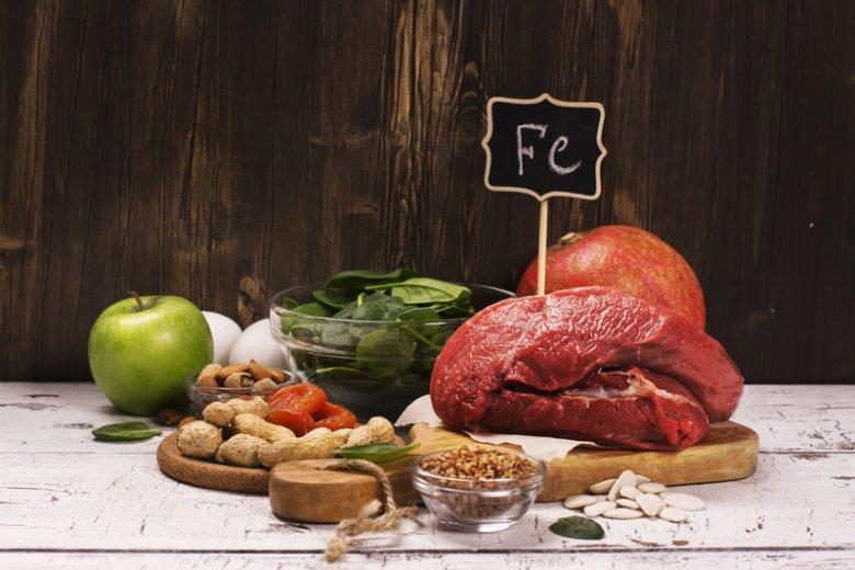Żelazo znajdziemy w produktach pochodzenia zwierzęcego i roślinnego.