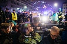 Demonstranci przykuli się do instalacji symbolizującej Ziemię