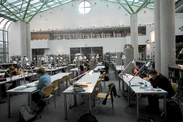 Studenci uczą się w BUW-ie