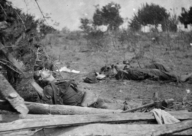 Zwłoki żołnierzy Konfederacji w pobliżu Spotsylvania Court House, Virginia, maj 1864. fot.Timothy H.O'Sullivan