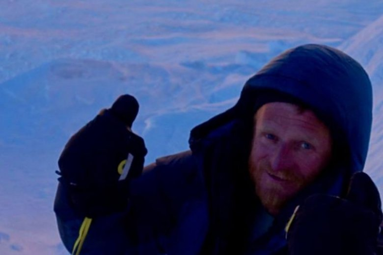 Tomasz Mackiewicz w 2000 roku wybrał się w długą podróż. Ostatecznie dotarł do Indii, gdzie spędził sześć miesięcy jako wolontariusz ośrodka rehabilitacji trędowatych Jeevodaya.