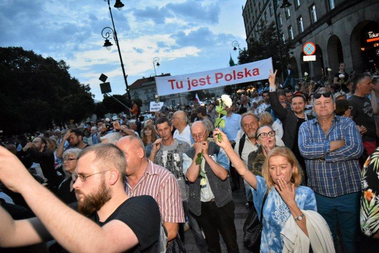 – Z każdą kolejną demonstracją jesteśmy coraz bardziej zastraszani – opowiada Wojciech Król, jeden ze spisanych przez policję uczestników kontrmanifestacji.
