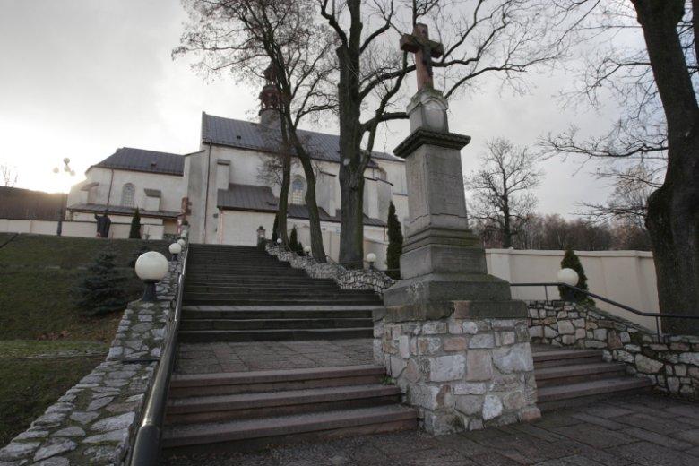 Kościół św. Bartłomieja w Chęcinach. Na pierwszym planie - krzyż ufundowany przez ks. Teodora Czerwińskiego, nauczyciela Stefana Żeromskiego.