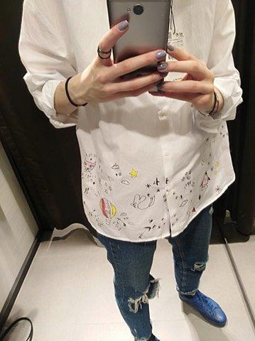 Biała koszula z rysunkami