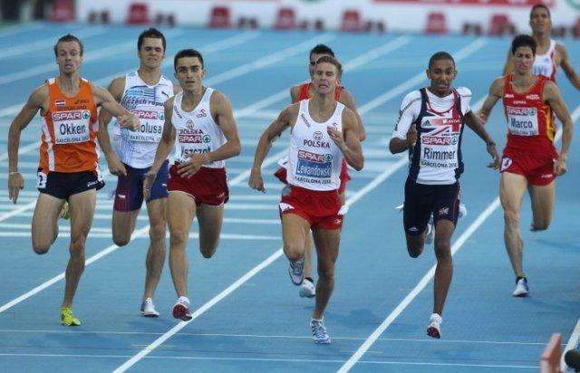 Finiszowe metry biegu na 800 metrów podczas Mistrzostw Europy w Barcelonie