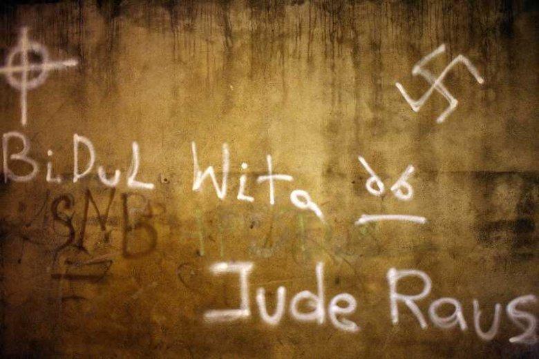 W Białymstoku wzywające do nienawiści napisy pojawiają się od lat (zdjęcie z 2011 roku), ale dopiero od niedawna ze zjawiskiem zaczęto walczyć.
