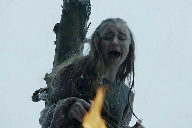 W serialu Shireen została spalona na stosie.
