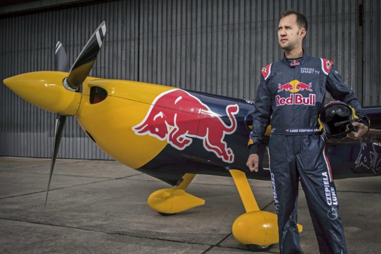 Łukasz Czepiela jako jedyny Polak lata w Red  Bull Air Race. Oprócz tego jest pilotem Airbusa, a po godzinach przeprowadza wywiady w... samolocie akrobacyjnym.
