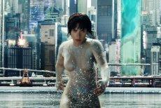 Wbrew obawom fanów Motoko, Scarlett Johansson nieźle radzi sobie w roli Major na tropie niebezpiecznego cyberprzestępcy.