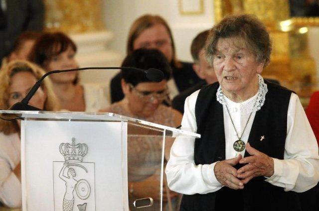 Uczestniczka Powstania Warszawskiego Wanda Traczyk - Stawska otrzymuje tytuł honorowej obywatelki Warszawy podczas uroczystej sesji Rady Miasta.