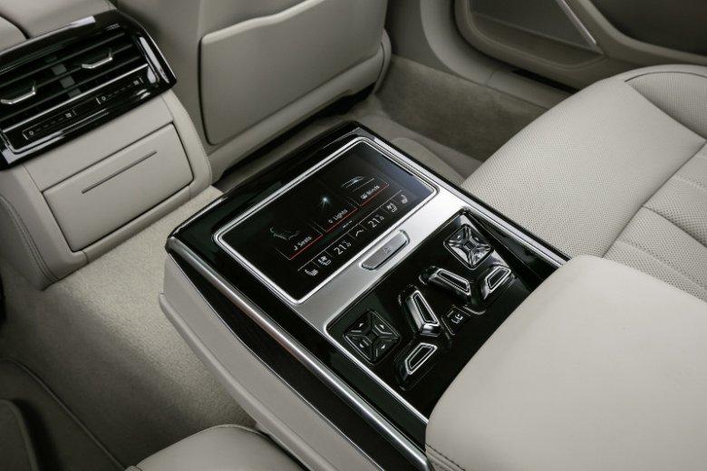 Z tyłu Audi A8 sterujemy tak. Tableto-pilot można wyciągnąć.