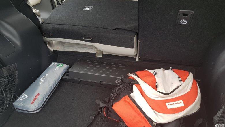 Tylne oparcia się składają, ale nie uzyskamy płaskiej powierzchni bagażowej. Sam bagażnik nie jest zbyt duży.