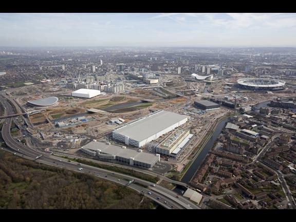 Wioska olimpijska w Londynie. Na pierwszym planie IBC (International Broadcast Centre)