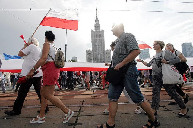 W listopadzie jest szaro, buro i ponuro. Dlatego powstała petycja w sprawie przeniesienia Narodowego Święta Niepodległości na lato!