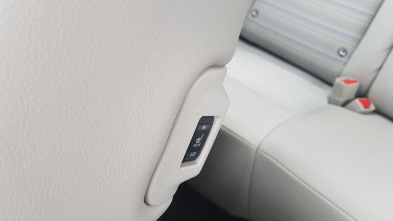 Oszczędzanie energii też ma czasem swoje granice – w Leaf pasażerowie z tyłu mają możliwość włączenia sobie ogrzewania siedziska kanapy.