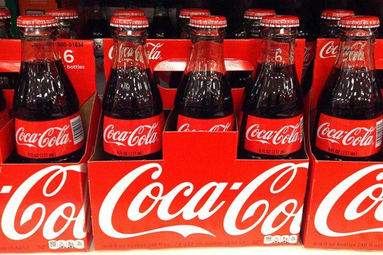 Coca-Cola to jedna z najsłynniejszych marek na świecie. Sukces wykuwała sobie nie tylko świetnym marketingiem, ale także rządowymi interwencjami i metodą na outsourcing