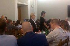 """Kobieta podająca się za Matkę Boską i sala śpiewająca """"Boże, coś Polskę"""" - tak wyglądały obrady sejmowej komisji rolnictwa."""