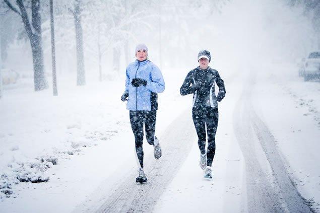 Bieganie zimą nie jest łatwe, ale są na to sposoby