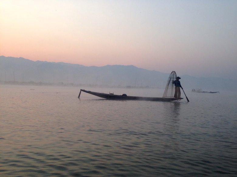 Rybacy w oparach porannej mgły. Jezioro Inle/ Birma.