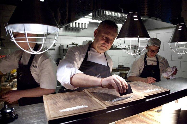 Adam Chrząstowski smaży najlepsze steki w Polsce. Jest szefem znakomitej krakowskiej restauracji Ed Red i jednym z 10 najlepszych szefów kuchni w Polsce według portalu The Culture Trip.