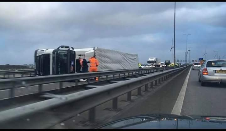 Orkan Friederike w Holandii przewraca ludzi i samochody.