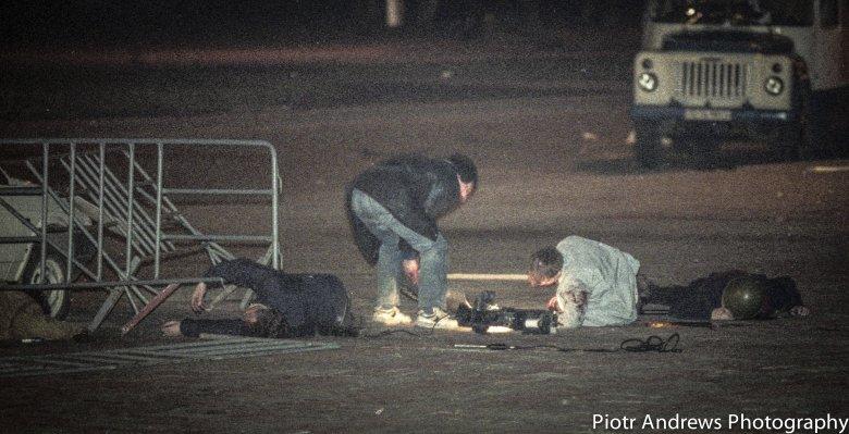 Niezidentyfikowany mężczyzna szuka żywych przed budynkiem Ostankino w Moskwie.