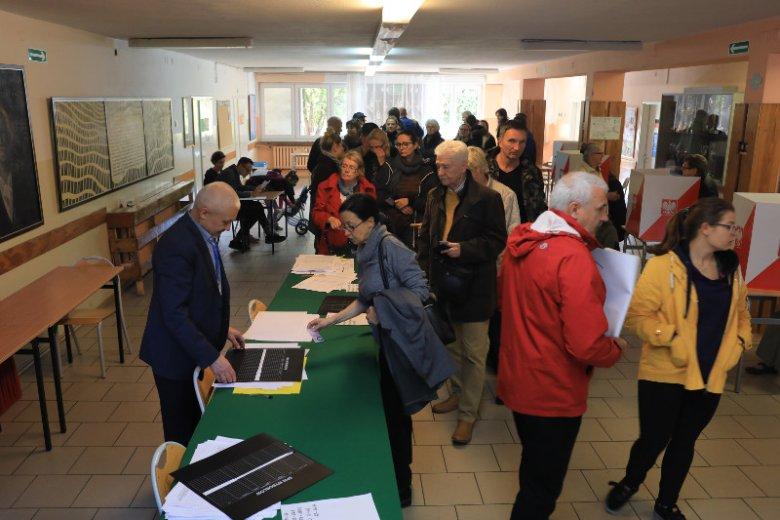 Kolejka do urn wyborczych na warszawskim Służewiu