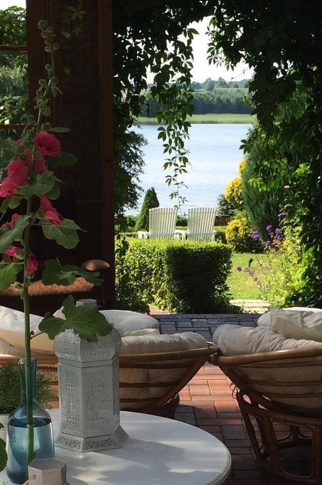 Widok na ogród i jezioro w Gościńsku Gaładuś