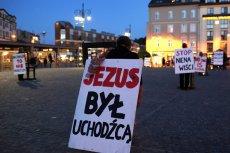 """Czy Polacy chcą przyjmować uchodźców? Na to pytanie odpowiedź dali ankietowani w sondażu IBRiS dla """"Rzeczpospolitej""""."""