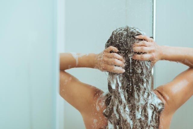 """Niech sprawa zatkanego od włosów spływu w prysznicu i wannie pozostanie słodką tajemnicą. Pomiędzy tobą, a """"kretem""""."""