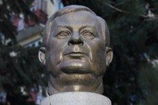 Popiersie Lecha Kaczyńskiego przy ulicy jego imienia. Polski prezydent jest w Gruzji bohaterem.