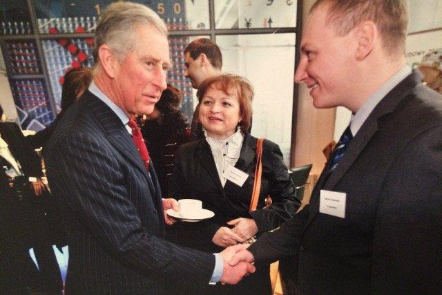 Podwójne paluszki chrupał książę Karol - tu na spotkaniu z właścicielami innowacyjnych, młodych firm.