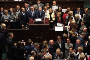 Zdaniem prawie połowy wyborców, żaden z partyjnych liderów na parlamentarnym kryzysie nie zyskał