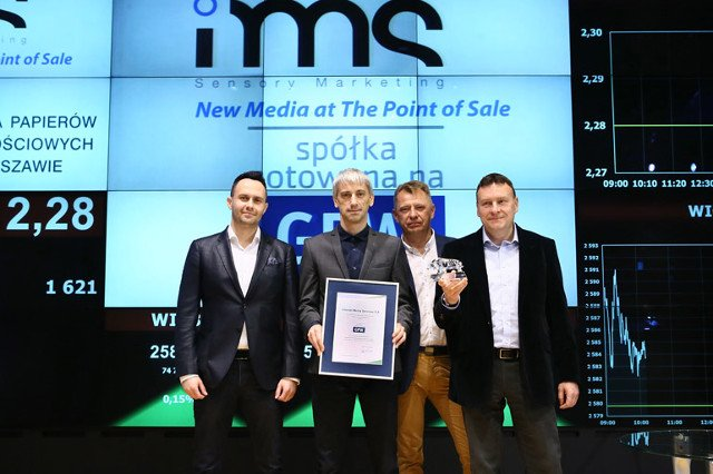 Twórcy IMS podczas debiutu na giełdzie - firmę wycenia się obecnie na 78 mln złotych. Didżej Dariusz Lichacz, w środku z dyplomem.
