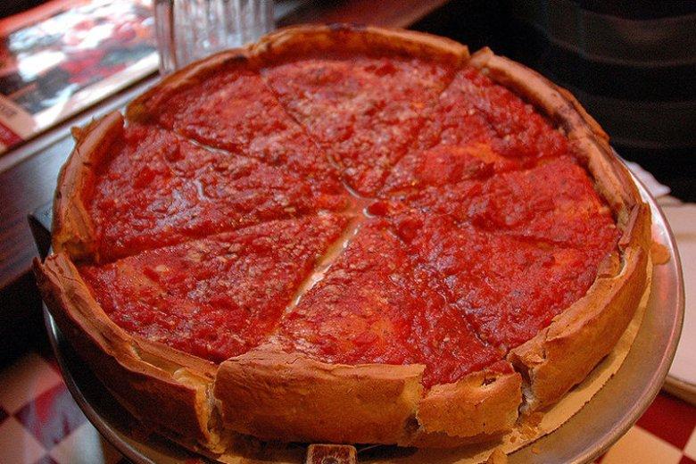 """Pizza w stylu chocagowskim """" deep dish"""" to kawał porcji."""